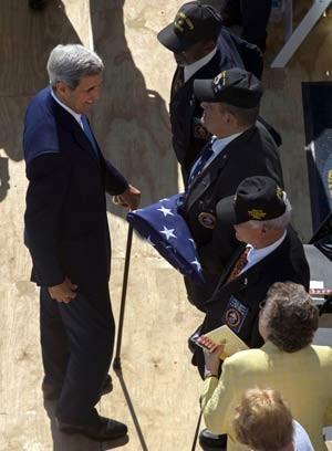 John Kerry cumprimenta militares que retiraram a bandeira da embaixada dos EUA em Havana em 1961 e que voltaram para erguer o símbolo em cerimônia de reabertura nesta sexta-feira (14) (Foto: AP Photo/Ramon Espinosa)