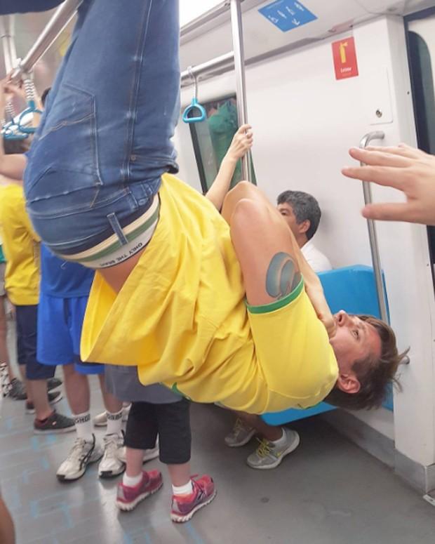 Dado Dolabella no metrô (Foto: Reprodução)