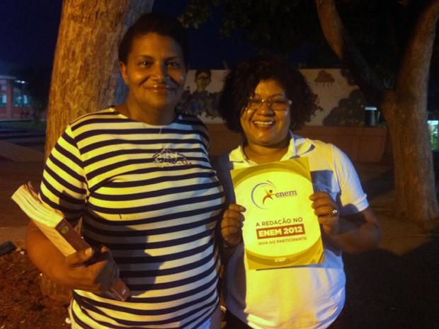 Francisca Cruz, com a cartilha do Enem na mão, acompanha da colega de turma Tereza Viana (Foto: Felipe Néri/ G1)