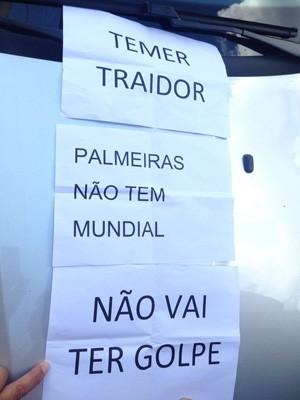 No início da tarde, papeis com frases contra Temer foram jogados na entrada do prédio do escritório de advocacia de Temer. (Foto: Glauco Araújo/G1)