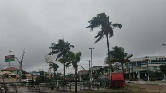 Vento forte arranca portão de condomínio em São Pedro da Aldeia, no RJ