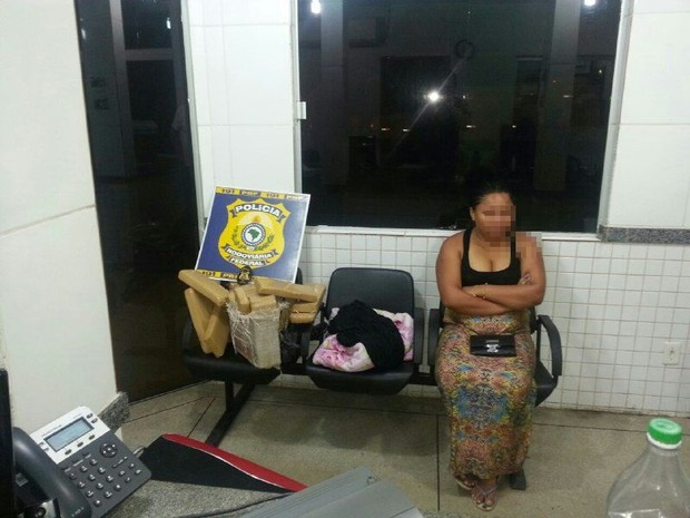 Estudante foi presa com 25 kgs de maconha dentro da mala em Gurupi (Foto: Divulgação/PRF-TO)