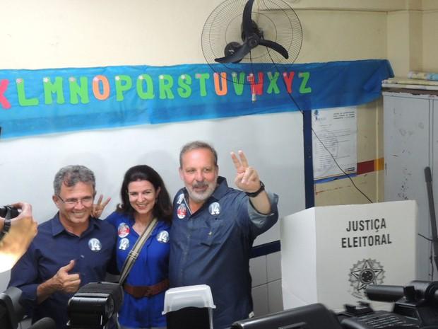 Armando Monteiro vota junto com a mulher e o candidatoa  vice, Paulo Rubem (Foto: Lucas Liausu/Globoesporte.com)