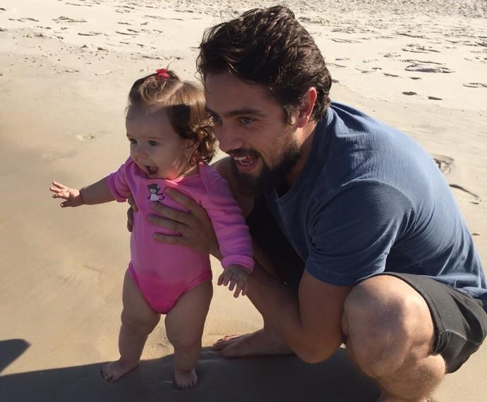 O ator de 'Além do Tempo' registrou o primeiro contato da filha com o mar (Foto: Arquivo pessoal)