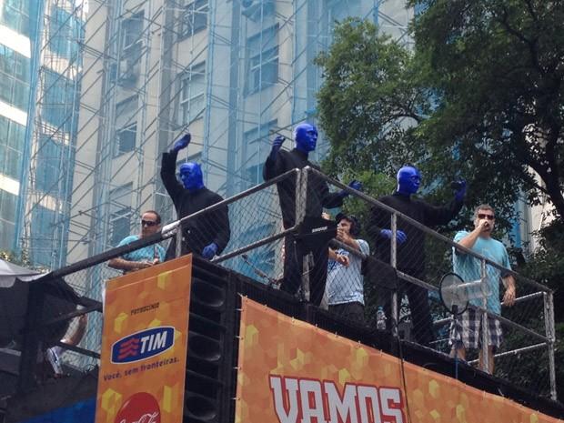 Blue Man Group também vai cantar durante o desfile carnavalesco (Foto: Marcelo Elizardo/G1)