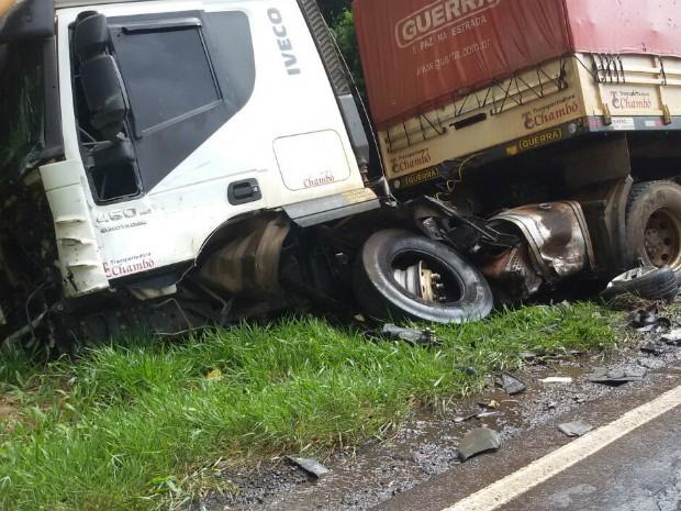 Motorista do caminhão com placas de Marechal Cândido Rondon (PR) quebrou uma das pernas e foi levado ao hospital (Foto: Corpo de Bombeiros / Divulgação)