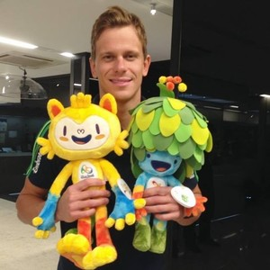 Cesar Cielo e mascotes (Foto: Reprodução/Facebook)