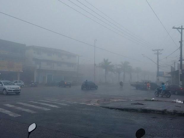 Gás encobriu a visão de avenida em Guarujá, no litoral de São Paulo (Foto: G1)