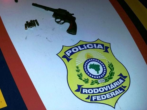Condutor portava revólver 38  (Foto: Divulgação/PRF)