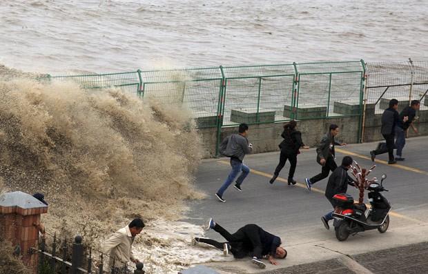 Muitas pessoas se arriscam e ficam perto da barreira de proteção para ver o fenômeno (Foto: China Daily/Reuters)