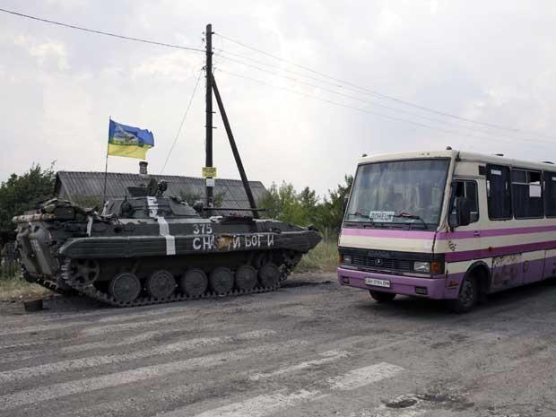 Tanque guarda estrada perto de Donetsk. (Foto: Anatolii Stepanov / AFP Photo)