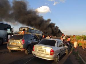 Rodovia ficou interditada por 4h até o fim do incêndio (Foto: Vagner Mota)