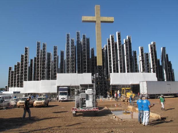 Palco acabando de ser montado no Campo da Fé. (Foto: Mariucha Machado/G1)