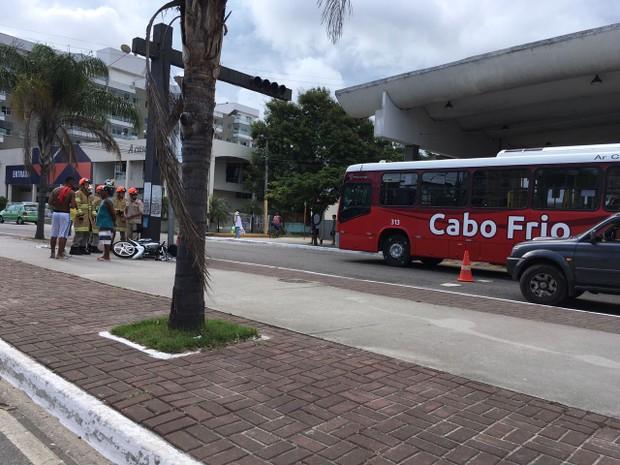 Acidente ocorreu próximo à rodoviária de Cabo Frio (Foto: Divulgação / Flávia Alônsio)