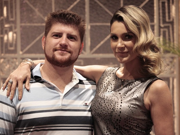 Flávia Alessandra posa com seu cabeleireiro Deivid Bogo, o responsável pelo penteado (Foto: Salve Jorge/ TV Globo)