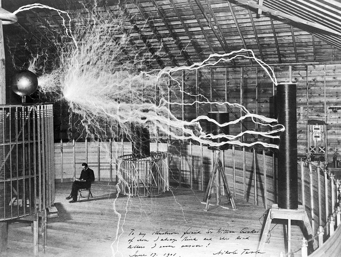 Tesla em seu laboratório em 1900 (Foto: Wikimedia Commons)