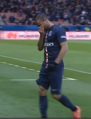 Lucas deixa o campo chorando (Foto: Reprodução)