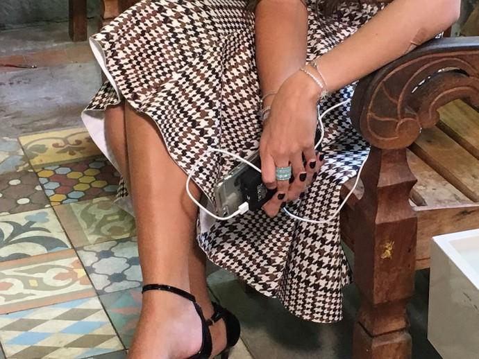 Aquela carga extra! Emilly usa um carregador portátil para recarregar o celular (Foto: Juliana Hippertt / Gshow)