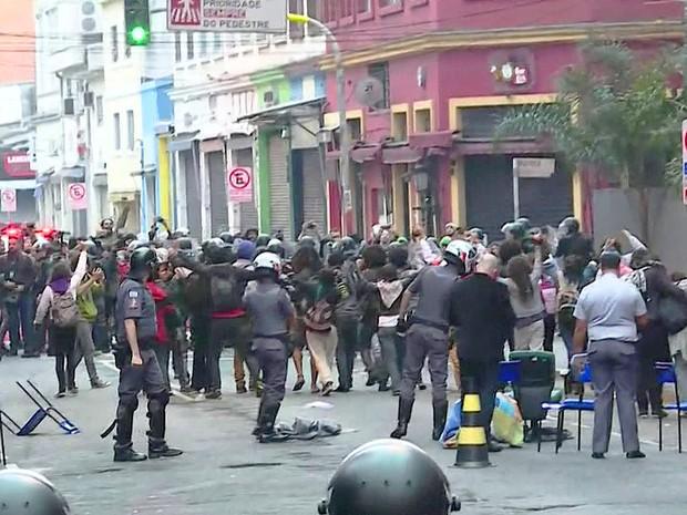 Tropa de Choque da PM cumpre reintegração de posse no Paula Souza (Foto: Reprodução/TV Globo)