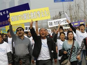 25/3 - Familiares de passageiros de avião sumido protestam em Pequim (Foto: Kim Kyung-Hoon/Reuters)
