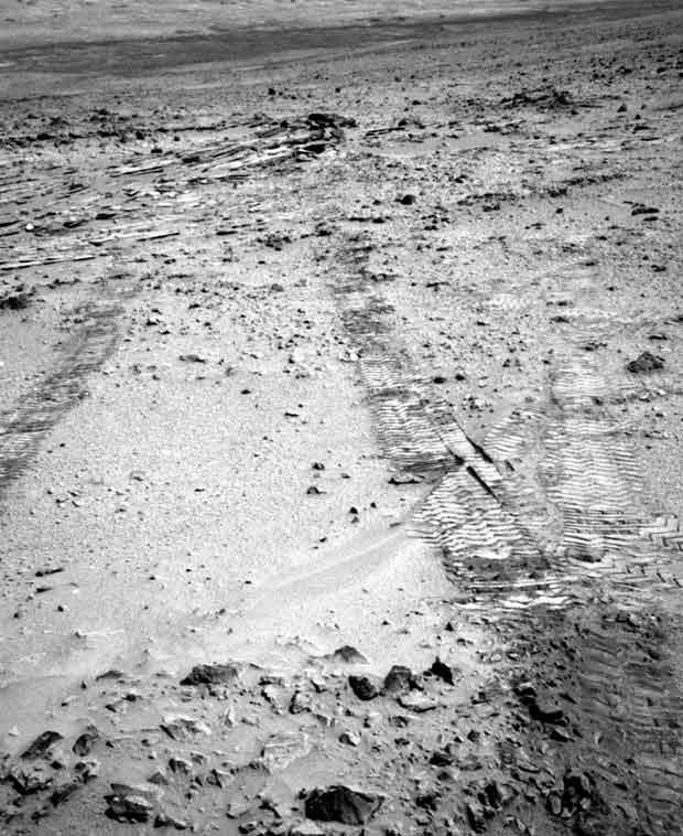 O jipe Curiosity fotografou, nesta terça-feira (9), seus rastros deixados em Marte ao sair do último alvo examinado pelo robô (Foto: HO / NASA / AFP)