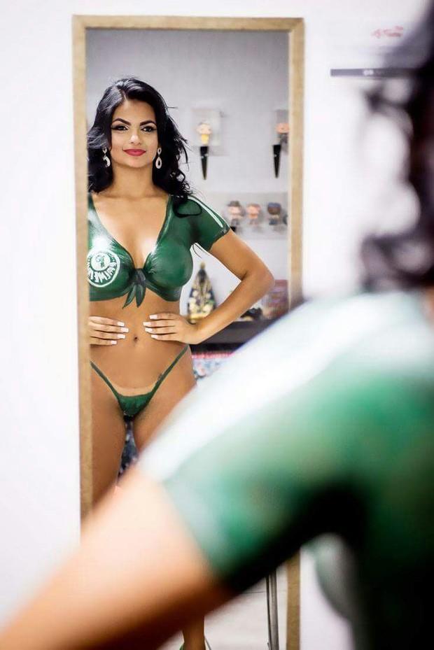 Ariane Venâncio Musa do Palmeiras pinta o corpo para comemorar o título (Foto: Nelson Miranda / Divulgação )