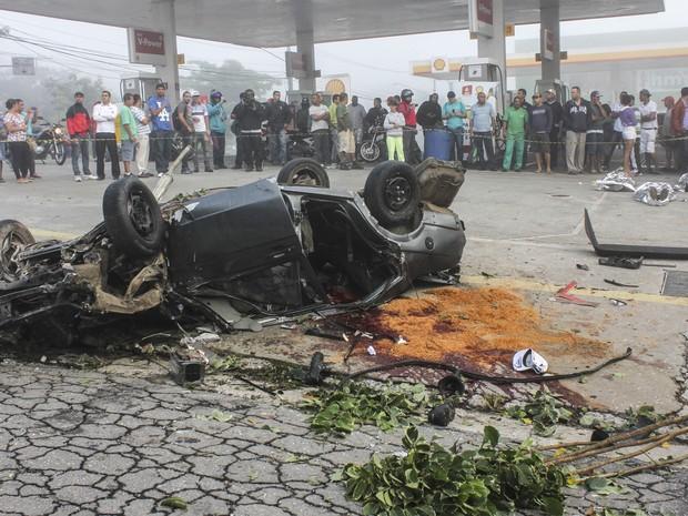 Capotamento deixa três mortos e dois feridos na zona sul de São Paulo, na manhã  desta segunda-feira (07). O condutor teria perdido o controle do veículo (Foto: MARCO AMBRóSIO/ESTADÃO CONTEÚDO)
