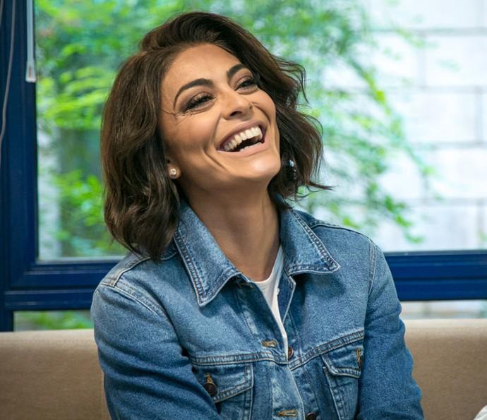Juliana Paes dá risada no seu camarim antes de gravar o 'Tamanho Família' (Foto: Isabella Pinheiro / Gshow)