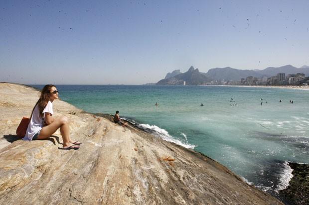 Movimentação de cariocas e turistas na praia do Arpoador, nesta segunda-feira (04), na Zona Sul do Rio de Janeiro (Foto: Estefan Radovicz/Agência O Dia/Estadão Conteúdo)