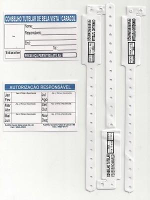 Pulseiras e crachás são comercializadas no Conselho Tutelar de Bela Vista.  (Foto: Thiago Canhete Coene / Divulgação )