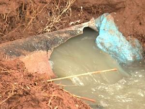Tubulação se rompeu e esgoto jorrou em direção a represa em Jardinópolis (Foto: Valdinei Malaguti/EPTV)
