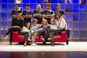 Cissa Guimarães com o elenco e equipe da peça Doidas e Santas (Foto: Anderson Barros/EGO)