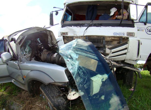 Homem morre ao ter carro atingido por caminhão na contramão (Foto: Everaldo Lins/ Visão Diária)