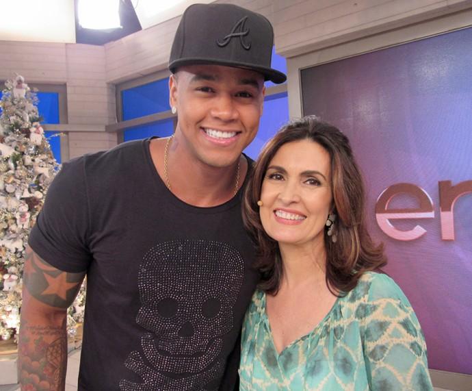 Fátima com o cantor Léo Santana nos bastidores  (Foto: Priscilla Massena/Gshow)