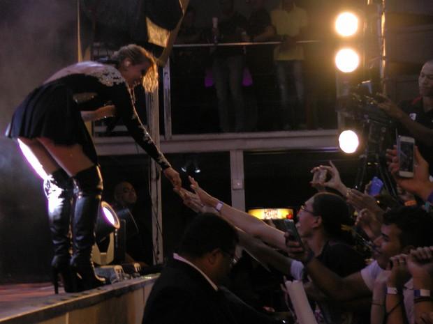 Joelma interage com os fãs em show em Fortaleza (Foto: Sebastião Mota/ G1)
