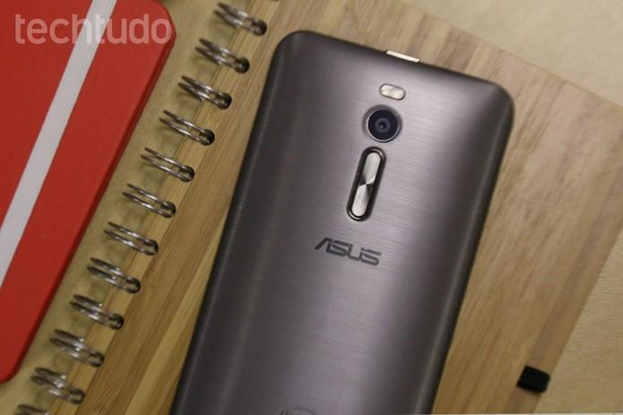 Asus Zenfone 2 tem câmera frontal de 5 MP e traseira de 13 MB (Foto: Lucas Mendes/TechTudo) (Foto: Asus Zenfone 2 tem câmera frontal de 5 MP e traseira de 13 MB (Foto: Lucas Mendes/TechTudo))