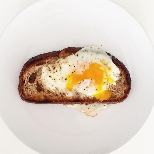 Café da manhã: café com leite e pão com ovo (Foto: Divulgação)