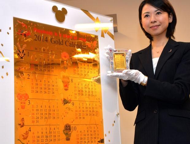 Joalheria lançou calendário 2014 feito de ouro que custa 100 milhões de ienes (Foto: Yoshikazu Tsuno/AFP)