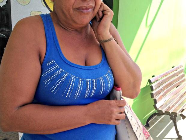 Com medo, vítima de assalto chora e diz que pretende fechar comércio  (Foto: Aline Nascimento/G1)