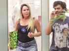 De shortinho, Cristina Mortágua passeia com o filho em shopping
