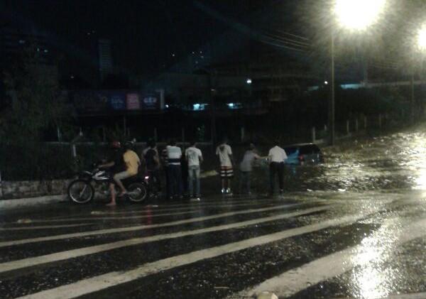 Veículo ficou submerso na água durante chuva em Teresina (Foto: Jainara Costa)