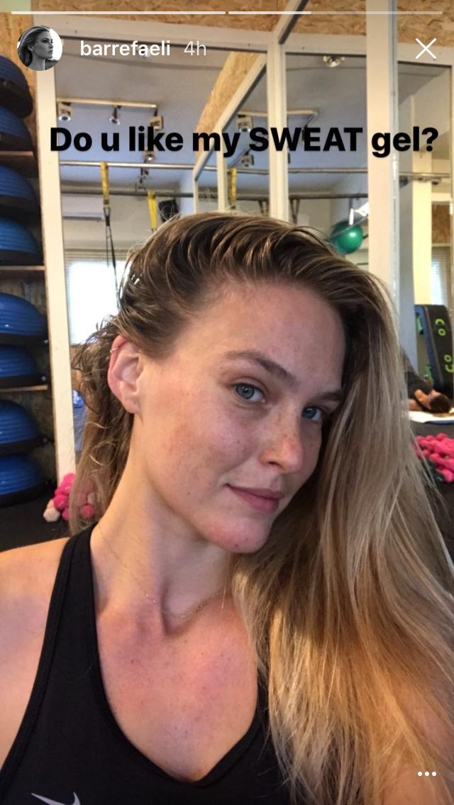 """Bar Refaeli posta foto nos bastidores de treino: """"vocês gostam do meu gel de suor?"""" (Foto: Reprodução/Instagram)"""