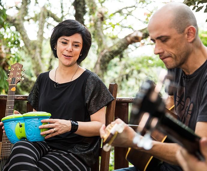 Fernana Takai e John Ulhoa tocam a versão de brinquedo do Pato Fu (Foto: Raphael Dias/Gshow)