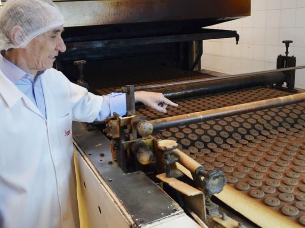 Nelson Castro acompanha fabricação dos biscoitos Hipopó em Ribeirão Preto (Foto: Adriano Oliveira/G1)