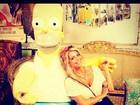 Karina Bacchi tira foto com Homer Simpson gigante