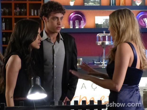 Lívia tenta se explicar para Paulinha (Foto: Em Família / TV Globo)