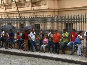 Candidatos formam fila no CPAT Campinas (Foto: Reprodução/ EPTV)