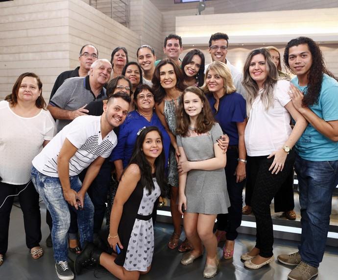 Plateia se reúne para foto com a apresentadora (Foto: Fabiano Battaglin/Gshow)