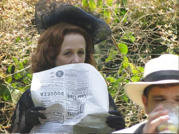 Carlota, furiosa ao ver o romance dos dois (Foto: Lado a Lado/TV Globo)