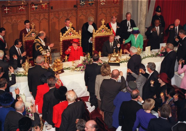 Guests of the Lord Mayor toast the Queen and the Duke of Edinburgh during a lunch the Guildhall today (Wednesday) to mark their Golden Wedding Anniversary. TIMES ROTA. (Foto: PA Archive/PA Images)